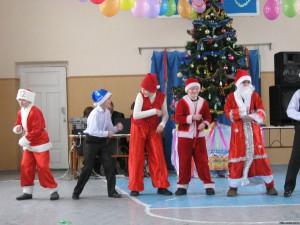 73894556 300x225 - Новорічне свято учнів 1(5) – В класу